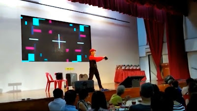 Stage Entertainer in Singapore performs Juggling
