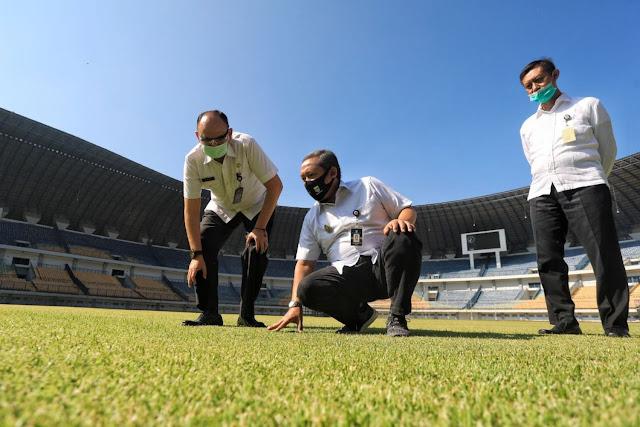 Yana Mulyana (Wakil Walikota Bandung), mengecek Stadion GBLA, Rabu (1-07-2020)