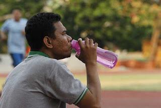 لماذا يجب أن تشرب المزيد من الماء مع تقدمك في السن