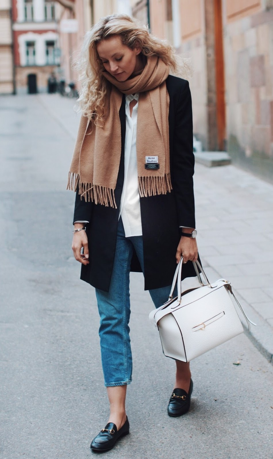 winter casual outfit inspiration / blazer + brown scarf + white shirt + jeans + bag + loafers