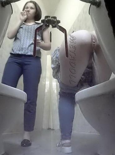 zhen-molodie-devushki-v-tualete-kamera-anal