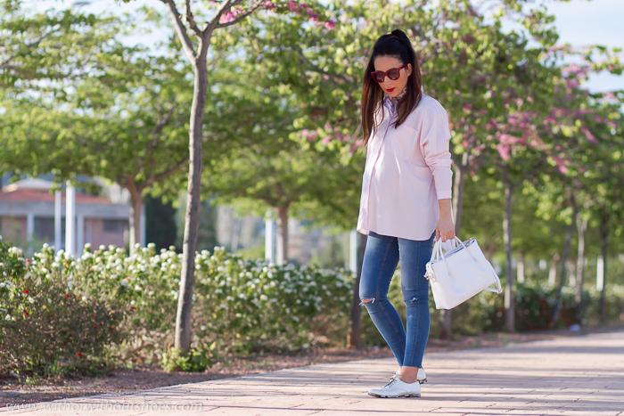 Blogger embarazada de moda belleza con looks sencillos y comodos