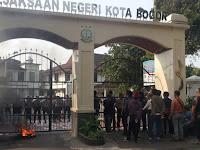Puluhan Masa Front Rakyat Revolusioner Geruduk Kajari Kota Bogor