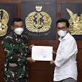 Panglima TNI Berikan Piagam Penghargaan Kepada Yozua Makes