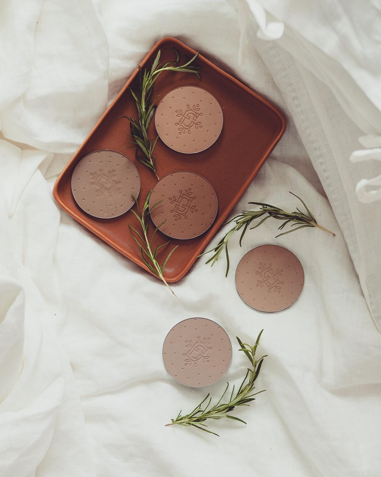 feerie celeste bewitched bronze bronzing and contouring powder puder brązujący do konturowania z wyciągiem z brązowych alg kolory brązerów pixie cosmetics brązer naturalny brązer jak wygląda na skórze brązer nie zapycha porów