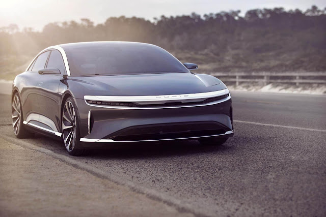 automóvil Lucid Air 2021 color negro y plata, diseño moderno, vista frontal