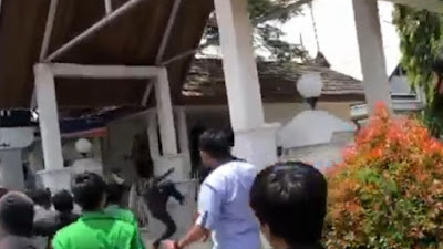 BREAKING NEWS: Ricuh Demo Di Depan Kantor Bupati Bone, Demonstran Alami Pendarahan di Kepala