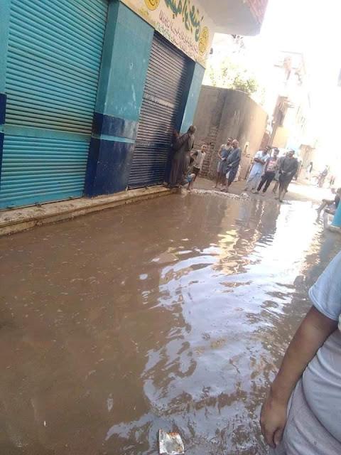 كسر ماسورة مياه وغرق البيوت بقرية الساحل قبلي فى البلينا بسوهاج