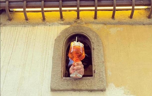 В Італії через COVID відновили старовинну традицію винних віконець