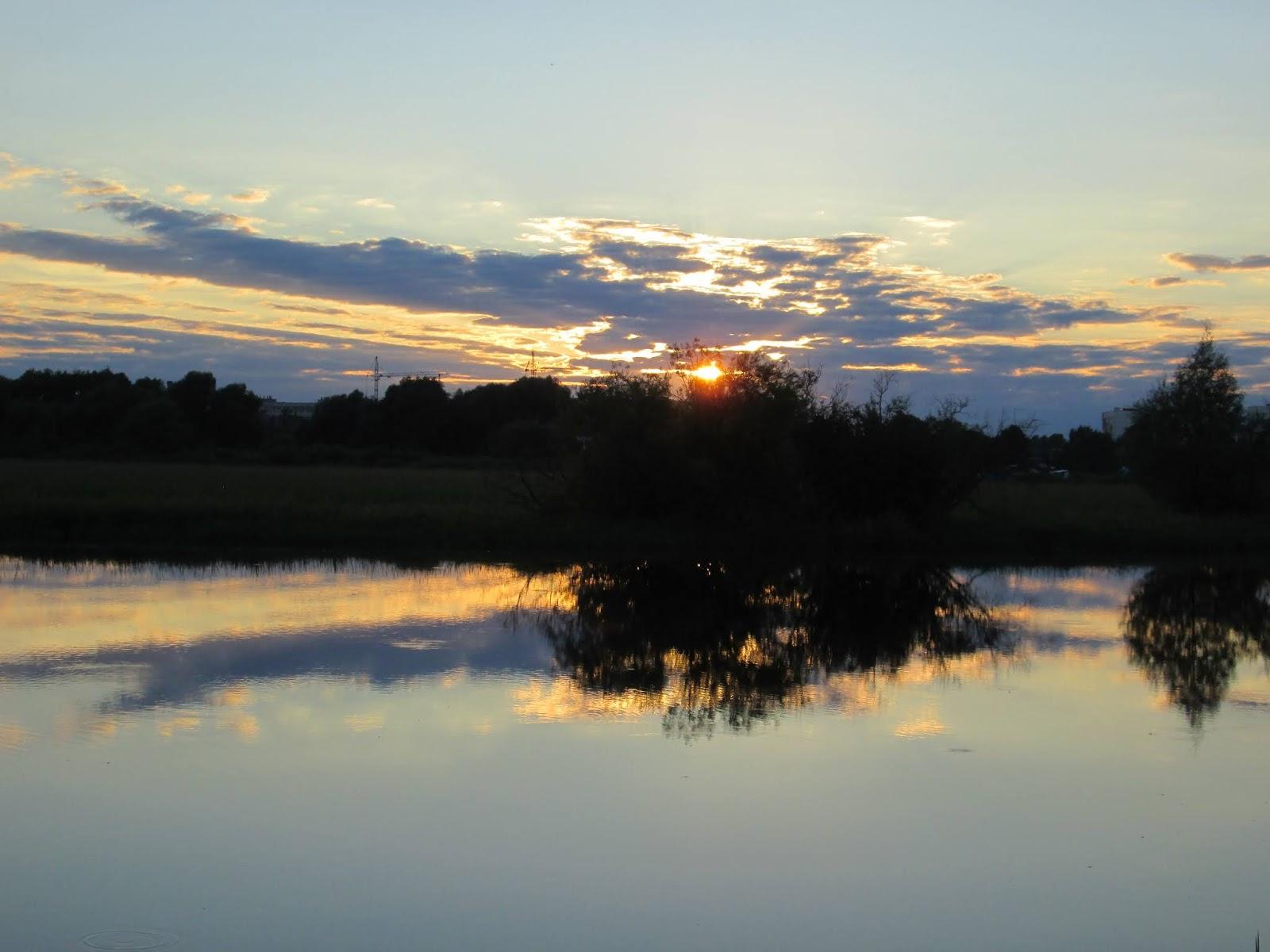 Вечернее небо над рекой и облака