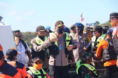 Komandan Satuan Brimob Polda Jambi Bersama Kapolda Jambi dan Danrem 042 Gapu Berikan Bantuan Sembako Kepada Warga Kota Jambi Yang Terkena Banjir
