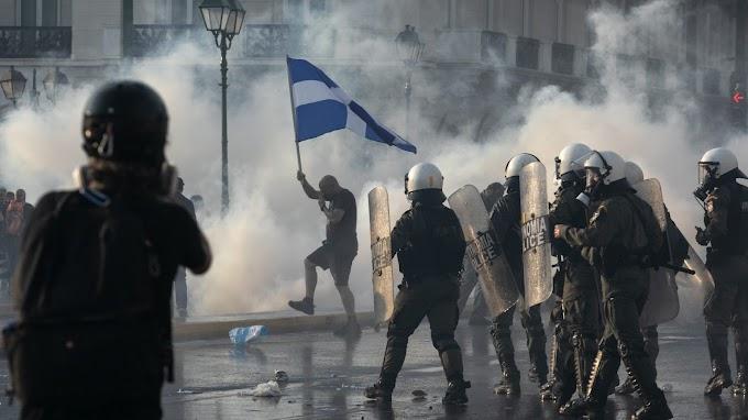 Könnygázzal és vízágyúkkal oszlatták a görög parlament előtt az oltást ellenzők tüntetését