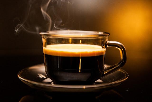 ilustrasi minum kopi di pagi hari