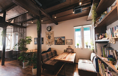 雰囲気の良い喫茶店の屋内イメージ