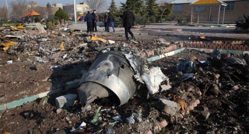 PUING PESAWAT : Tampak puing pesawat Ukrainian yang jatuh di Iran berserakan dimana mana. IRAN Mengakui pihaknya menembak jatuh secara tidak disengaja.  Foto CNN.COM