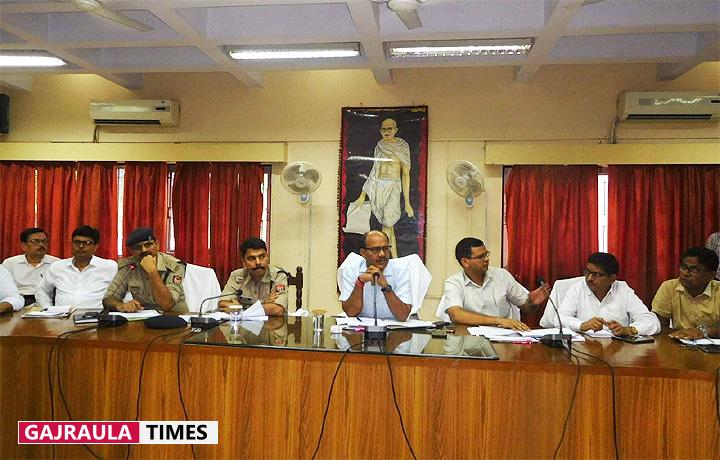 डीएम उमेश मिश्र ने अफसरों को दिए त्योहारों पर कड़ी सुरक्षा-व्यवस्था के निर्देश