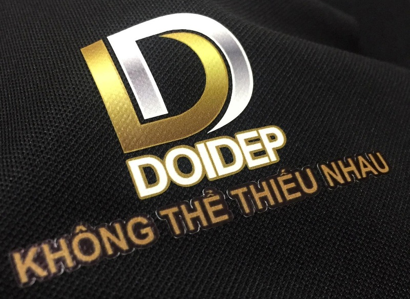 In logo decal trên áo thun đen