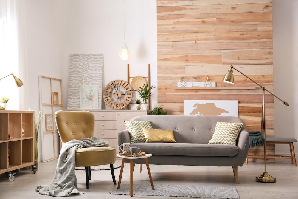7 Tendencias en decoración para la primavera verano 2021: salón decorado con madera natural y tonos primaverales