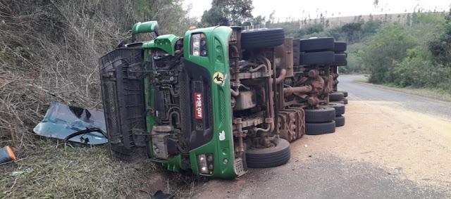 Caminhão de Roncador tomba na PR-239
