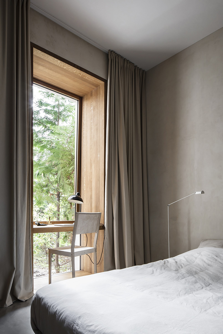 5 things that curtains can hide inside a bedroom | The home office. Photo via Bo Bedre