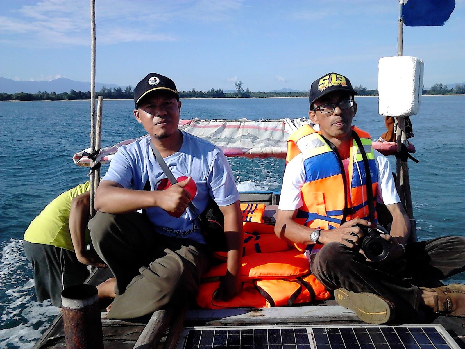 adalah Tanjung Dato untuk melihat mercu suar yang berdampingan dengan  Negara tetangga Malaysia. Namun sebelum ke mercu suar sebaiknya kita  singgah di teluk ... 06df2fed9e