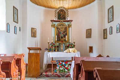 Ołtarz główny; malowidło przedstawiające Michała Archanioła pogromcę szatana, powyżej ikona Matki Bożej