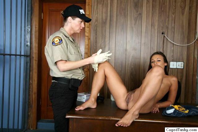 Une fille victime d'une fouille à nu imposée par une policière sans pitié