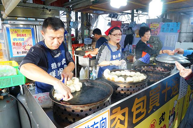 DSC08444 - 十甲新光黃昏市場│郎港式鮮肉包銅板小吃,肉餡口感紮實人潮多多