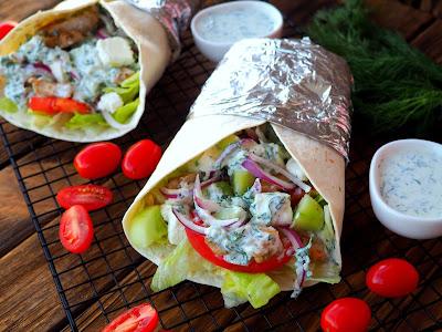 Tortilla z dodatkami w stylu greckim
