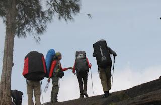 Porter Candi Cetho, Tips Agar Mendaki Tidak Cepat Capek dan Lelah