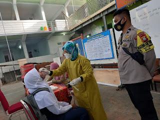 Cegah Klaster Baru, Bhabinkamtibmas Pattunuang Awasi PTM di SMP Negeri 5 Makassar