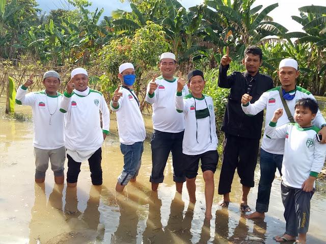 FPI Dan BKMT Lampura Berikan Bantuan 100 Karung Beras