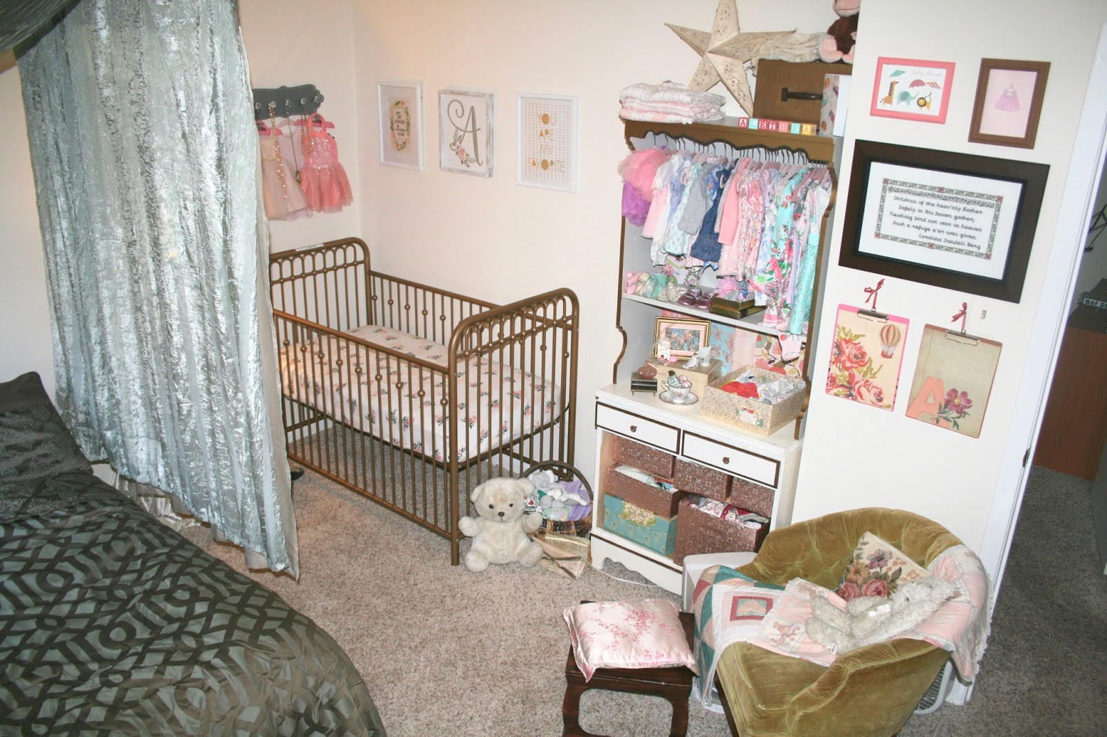 Nice Ashley And Jasonu0027s Side Of The Room Holds Their Bed And A Small Dresser At  The End Of The Bed. They Kept The Space Romantic With Beautiful Bedding, ...