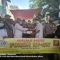 Lurah Kalianyar Mendampingi Forum RT-RW Jak-Bar, Memberikan Donasi Bantuan, Pada Korban Kebakaran di RW.08