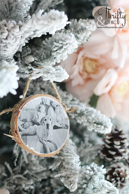 DIY Wood Slice Family Picture Ornament. DIY rustic Christmas ornaments. DIY Christmas gift ideas for family. How to make a wood slide family photo ornament. Family photo ornament tutorial.