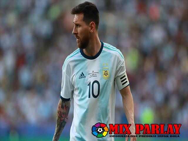 Scaloni Mendukung Messi Untuk Membawa Bendera Argentina