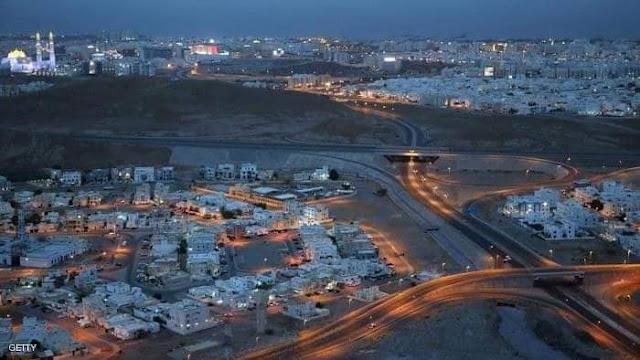 صورة لأحد أحياء العاصمة مسقط توضح التزام المواطنين بالإغلاق.