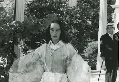 Виктория Чаплин изображает крылатую девушку из фильма The Freak - 1