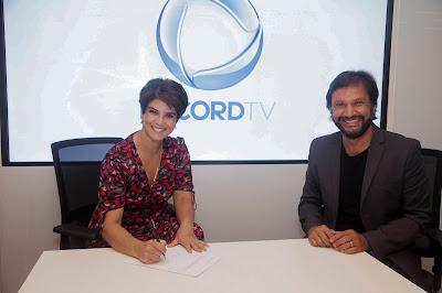 Mariana Godoy assina contrato ao lado de Antonio Guerreiro, Vice-presidente de Jornalismo da Record TV – Edu Moraes/Divulgação Record TV