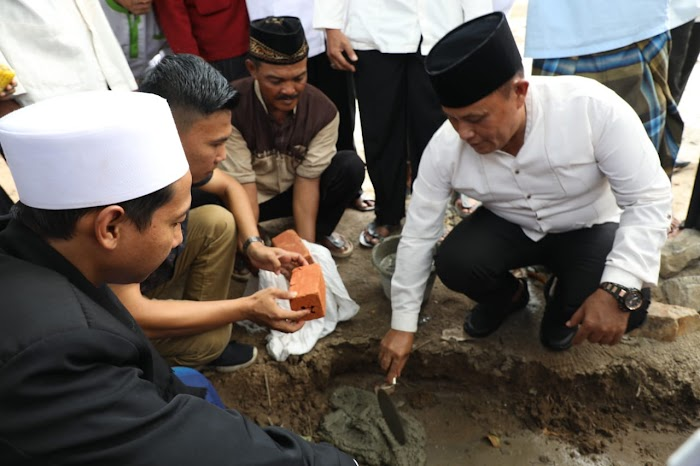 Nanang Melakukan Peletakan Batu Pertama Pembangunan Ponpres Riyadhotul Uqul Alfalah  Di Jati Agung Lamsel