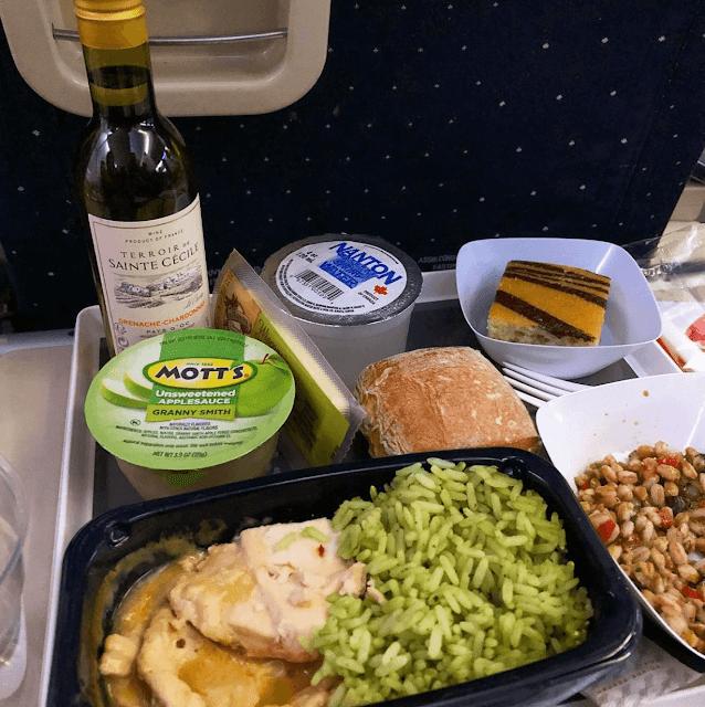 Nổi tiếng với bánh mì và phô mai, chẳng ngạc nhiên khi hãng hàng không Pháp Air France lại phục vụ hai món này. Tuy nhiên bên cạnh đó, hãng cũng có món cơm thịt gà, với cơm có màu xanh lá trông khá lạ mắt.