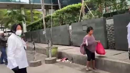 Risma Blusukan Temui Pemulung, Anak Buah Anies: Itu Warga Sekitar!