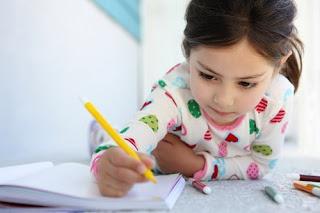Criança também brinca de escrever