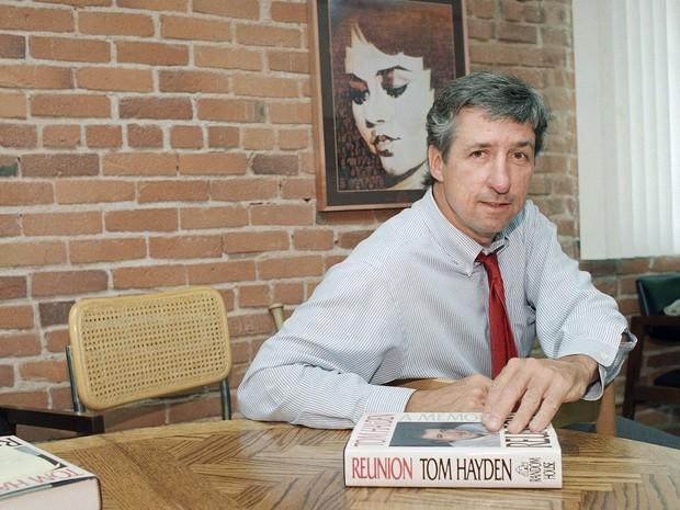 Tom Hayden, um dos principais ativistas radicais anti-guerra dos anos 1960, morreu aos 76 anos, de acordo com relatos da mídia norte-americana. Ele morreu em Santa Monica, na Califórnia, após uma longa doença, segundo informou o site do 'Los Angeles Times'. Hayden forjou seu ativismo político ainda como estudante, na Universidade de Michigan, onde foi membro fundador de um grupo estudantil. Ele foi um dos vários manifestantes presos e acusados de incitação e conspiração durante a Convenção Nacional Democrata em Chicago, em 1968. Depois de anos de recursos e julgamentos, ele foi absolvido de todas as acusações.
