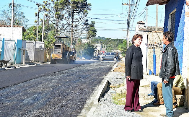 Prefeita vistoria as obras de pavimentação na Vila Maria do Rosário