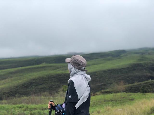 Berbicara tentang fakta diri, saya lebih nyaman jika membahas hal-hal yang disukai. Sesuatu yang mengarah ke aib atau yang masih bisa diperbaiki seperti sifat diri alangkah baiknya bagi saya mungkin harus disenyapkan terlebih dahulu. Siapa tau makin hari bisa berubah, sebagaimana diri mau berniat dan mengerjakan, hehe. Jadi saya akan cerita 7 fakta mengenai saya selama hidup sampai moment detik ini. 1.Penikmat pendakian gunung – camping  Todaydream saya bangun dari cerita-cerita pendakian gunung. Jadi sudah pasti ini akan menjadi nomer satu. Pada postingan sebelumnya mengenai pencapaian tertinggi pun juga saya paparkan bahwa saya merasakan nikmat dalam setiap proses pendakian. Baik itu dalam persiapannya, perjalanan menuju basecamp, pendakian, camping, summit attack, masak-masak, turun gunung hingga moment selesai dari pendakian itu sendiri.   Jika saya tarik mundur ke masa pelajar, ternyata saya sangat aktif mengikuti kegiatan kepramukaan dari bangku SD. Lalu saat SMP, ternyata ada suatu kejadian unik. Saya begitu ambisius untuk menjadi salah satu anggota pramuka yang ikut jambore daerah. Saat disampaikan pengumuman daftar peserta yang lolos, saya kecewa dan menangis karena tidak ada dalam daftar. Yaampun rasanya saat itu sedih banget, hehe. Kepengen tapi enggak kesampaian.   Ternyata kesenangan pada alam terus berlanjut dengan tetap mengikuti event-event kepramukaan meski tidak menjadi anggota. Segala hal dalam dunia pramuka sangat menarik perhatian saya. Mendirikan tenda, menghafal sandi-sandi, camping, api unggun, jurit malam, masa-memasak, melewati sungai-sungai, dan naik turun bukit masih teringat jelas sampai saat ini. 2.Tertarik pada dunia masak  Saya terlahir dari lingkungan keluarga berdagang. Rata-rata menjual makanan. Sudah pasti hobi satu ini basic-nya dari situ. Dari jaman kuliah saya sudah masak sendiri, sering dikirimi bahan-bahan masakan. Saat itu masih pakai kompor minyak. Seringkali saya harus berminyak-minyakan saat harus mengganti sumbu kompor. 
