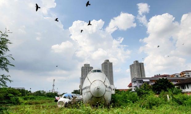 Des oiseaux survolent des avions abandonnés dans la banlieue de Bangkok en octobre.