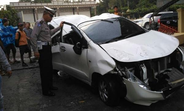 Mobil yang menabrak tembok.