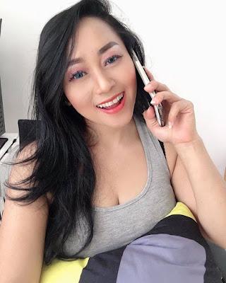 Model Sarah Ardhelia Ferreti pamer handphone baru