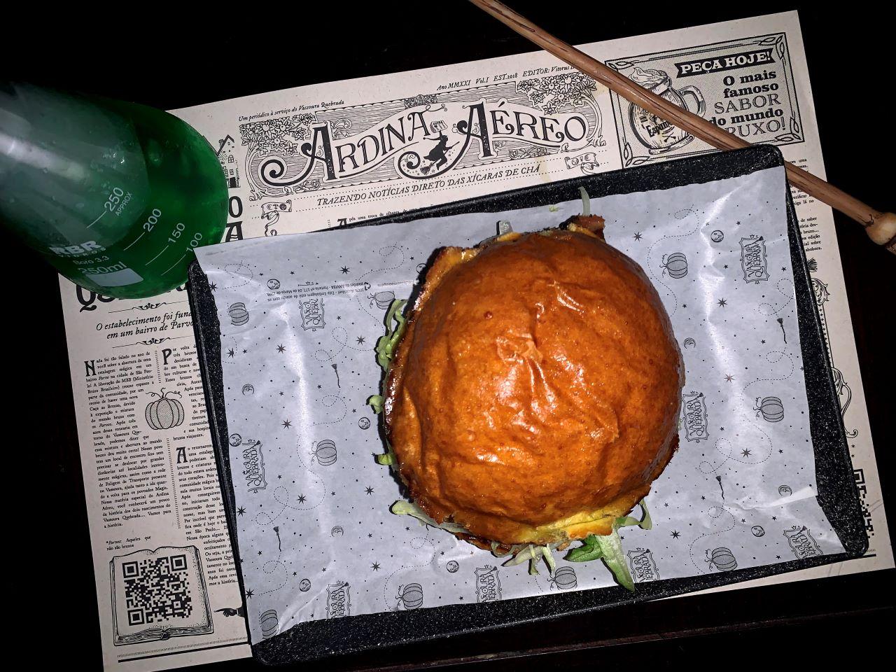 hamburguer e bebida verde